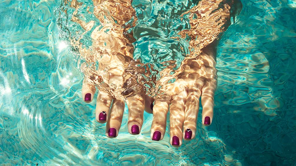 Cuidados com as unhas na praia para mantê-las saudáveis