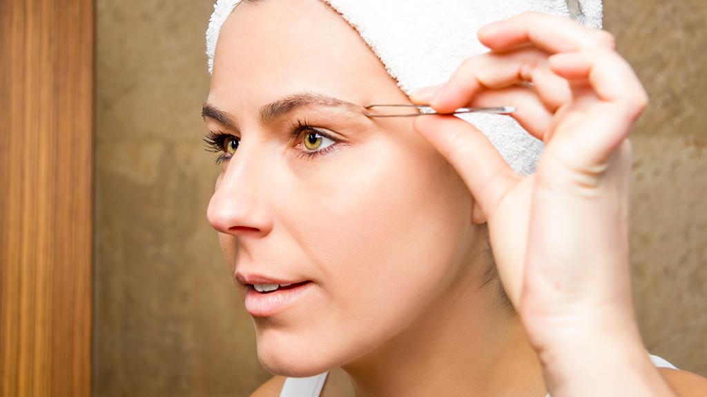 Como tirar as sobrancelhas com pinça? Dicas para fazer em casa