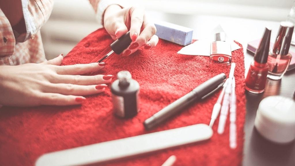 Chega de sofrer! Aprenda a limpar as unhas sem borrar